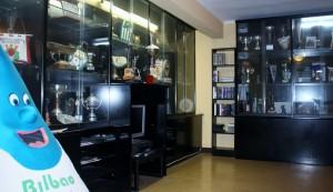 9.- Sala de estar y trofeos