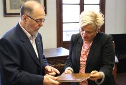 Museo Vasco entrega libro Patro